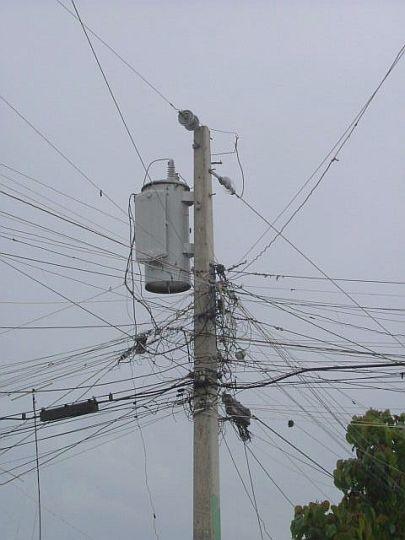 各家に向かって延びる電線。ドミニカ共和国バニ市にて。