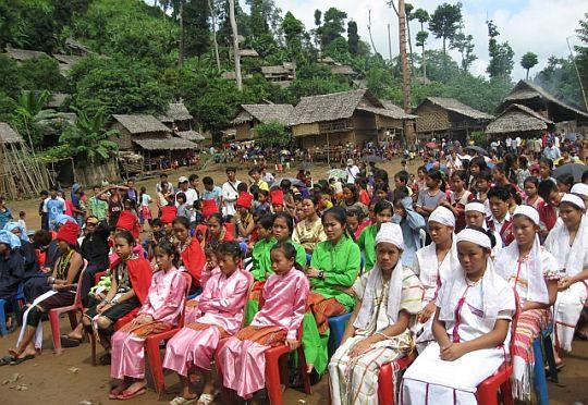 左の水色のターバンを巻いているのがパオー、続いてカヤー、シャン、パクの諸民族。