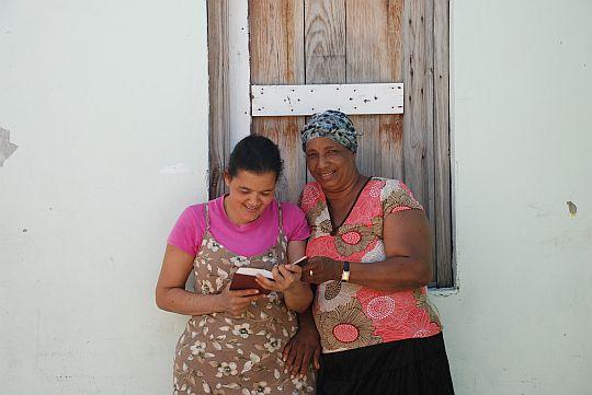 退院後、ジーシーと聖書を眺めるレイナ。ドミニカ共和国、バニ市にて