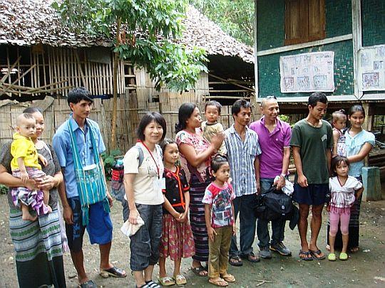 出国直前のカレン難民と日本ビルマ救援センターの面会。メーラ難民キャンプにて(提供:日本ビルマ救援センター)