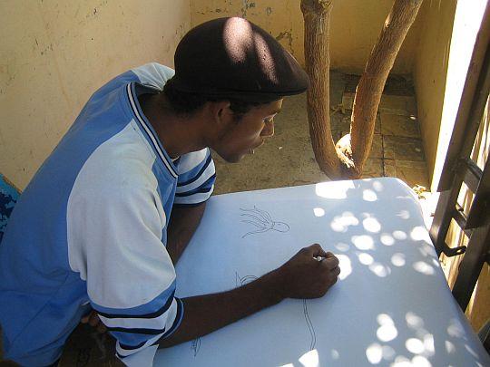 ラモンの宿題の絵を描くアビ。ドミニカ共和国、バニにて