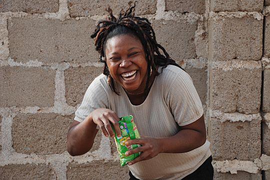 わたしの作品を手にとったンゴズィ。2008年12月12日 プラトー州パンクシン、「アフターシェイブ・ワークショップ」の会場にて