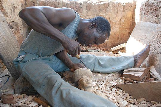 ヨルバの神像を彫るアヨデレさん。2009年10月31日 イフェ、アジバンデレのアヨデレさんの工房にて